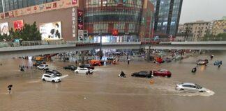 Mobl terendam banjir setelah hujan paling lebat sejak 1.000 tahun di kota Zhengzhou, provinsi Henan, China pada Selasa (20/7/2021).(CHINATOPIX via AP PHOTO)