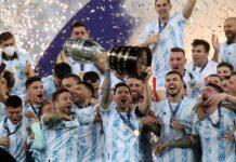 Kapten Argentina Lionel Messi mengangkat trofi Copa America setelah mereka mengalahkan Brasil dengan skor 1-0 di Final, Minggu (11/7/2021). (Foto dari Twitter)