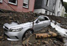 Sebuah mobil tertimbun material yang dibawa banjir bandang yang melanda Jerman. Banjir besar ini juga melanda sejumlah negara di Eropa antara lain Belgia dan Belanda. (Foto: AP)