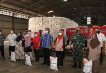 Penyaluran Bantuan Beras PPKM Darurat oleh Pemprov Kepri di Gudang Bulog Tanjungpinang, Minggu (18/7/2021). (Fota: Portal Kepriprov)