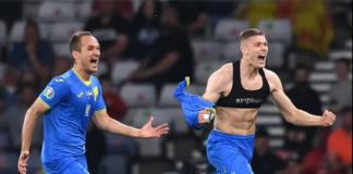 """Striker Ukraina Artem Dobvkyk memamerkan """"bra"""" saat melakukan selebrasi atas golnya yang membawa timnya ke perempat final EURO 2020 lewat kemenangan perpanjangan waktu melawan Swedia, Selasa (29/6/2021)."""