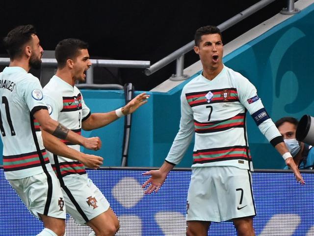 Meski Portugas sudah tersingkir di Babak 16 Besar EURO 2020, Cristiano Ronaldo masih merupakan pencetak gol terbanyak dengan 5 gol. Dia juga memiiki satu assist dan menit per gol paling baik.