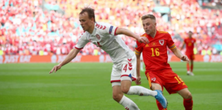 Gelandang Denmark Mikel Damsgaard (putih) berduel dengan gelandang bertahan Wales Joe Morrell saat pertandingan 16 Besar EURO 2020 di Johan Cruijff ArenA - Amsterdam, Sabtu (26 Juni 2021). Denmark menang telak 4-0 untuk menyingkirkan Wales. (Foto: UEFA.com)