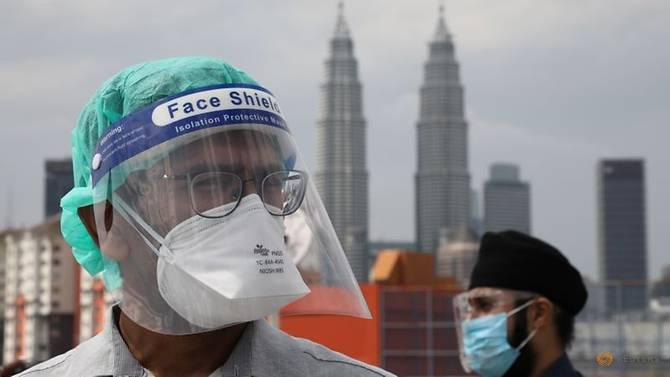 Dokter kontrak medis pemerintah berpartisipasi dalam aksi mogok kerja di Rumah Sakit Kuala Lumpur di tengah wabah virus corona di Malaysia pada 26 Juli 2021. (Foto: Reuters/Lim Huey Teng via CNA)
