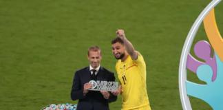 Pahlawan adu penalti Azzurri Gianluigi Donnarumma menerima penghargaan Player of the Tournament dari presiden UEFA Aleksander Eferin.(UEFA.com)