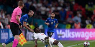 Bek sekaligus kapten Italia Girgio Chielini terpaksa menarik kaus Bukayo Saka sampai terjatuh demi menghentikan pemain muda yang sangat cepat ini. Chielini beruntung hanya diganjar kartu kuning. (Foto dari Sky Sports)