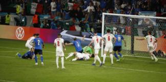 Gol balasan Italia dari Leonardo Bonucci. Italia 1-1 Inggris