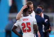 Harry Kane menghibur Bukayo Saka, satu di antara tiga pemain Inggris yang gagal penalti melawan Italia di Final EURO 2020. Dua pemain Inggris lainnya yang juga gagal penalti adalah Marcus Rashford dan Jadon Sancho. (Foto: UEFA.com)