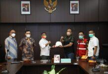 Foto . Penyerahan helm dan atribut kerja dari BP Batam kepada pelaksana dan pengawas proyek Bandar Udara Hang Nadim Batam, Rabu (7/7/2021) di Ruang Rapat Bandar Udara Hang Nadim.