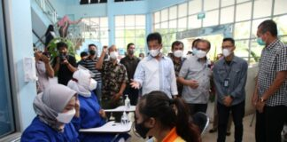 Kepala Badan Pengusahaan (BP) Batam Muhammad Rudi meninjau pelaksanaan vaksinasi Covid-19 bagi Pekerja, Kamis (15/7/2021).