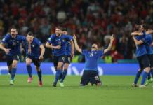Para pemain Italia melakukan selebrasi setelah penendang penalti terakhir, Jorginho, sukses menaklukan kiper Spanyol Unai Simon pada adu penalti semi final EURO 2020. Italia mengalahkan Spanyol 4-2 lewat adu tos-tosan. (Foto: UEFA.com)