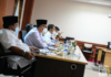 Pj Sekda Kepri Lamidi saat memimpin rapat Evaluasi Penanganan Covid-19 bersama Satgas Penanganan Covid-19 Provinsi Kepulauan Riau di Ruang Rapat Utama Kantor Gubernur Pulau Dompak, Tanjungpinang, Rabu (21/7/2021) sore. (Foto: Kepriprov)