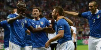 Striker Italia Mario Balotelli merayakan golnya bersama rekan-rekannya saat membobol gawang Jerman pada EURO 2012. (Foto dari UEfa.com)