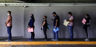 Orang-orang mengantre untuk menerima dosis vaksin Covid-19 Sputnik V di Mexico City Arena, Mexico City, Meksiko, 20 Juli 2021. (REUTERS/Luis Cortes/File Foto)