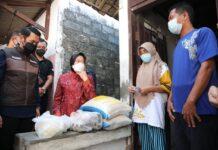 Menteri Sosial Tri Rismaharini (baju merah) saat memantau langsung penyaluran bantuan sosial kepada masyarakat sasaran. (Foto: Kemensos)