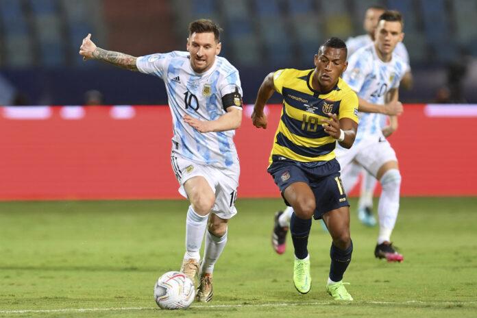 Lionel Messi menggiring bola ketika melawan Ekuador pada perempat final Copa America 2021. (Foto: copaamerica.com)