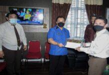 Bupati Kabupaten Lingga, Muhammad Nizar S.Sos memberi kejutan Kue Ulang Tahun dalam acara memperingati Hari Bhakti Adhyaksa (BBA) ke 61 ke Kejaksaan Negeri (Kejari) Lingga, di Dabosingkep, Kamis (22/07/2021).