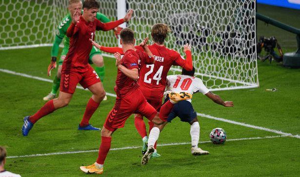 Raheem Sterling jatuh di kotak penalti Denmark, berbuah penalti yang jadi penentu kemenangan Inggris di semi final EURO 2020. (Foto dari Daily Mail)