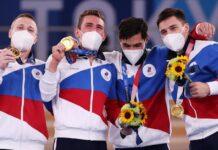 Pesenam dari Tim ROC alias Rusia berpose dengan medali emas setelah memenangkan Final Beregu Putra pada hari ketiga Olimpiade Tokyo.(Foto dari CNN)