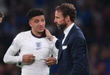 Pemain Inggris Jadon Sancho dihibur pelatihnya, Gareth Southgate, setelah gagal mengeksekusi penalti pada fina EURO 2020 melawan Italia di Stadion Wembley, Minggu (11/7/2021).