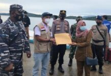 Foto Satgas Covid Lingga memperlihatkan dokumen berita acara serah terima vaksin Covid-19 di Lingga. Ilustrasi