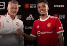 Manajer Manchester United Ole Gunnar Solskjaer berjabat tangan dengan Jadon Sancho. (Foto: manutd.com)