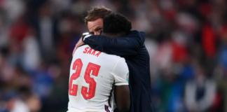 Pelatih Inggris gareth Southgate merangkul dan menghibur Bukayo Saka, penendang penalti terakhir Inggris melawan Italia di final EURO 2020. Tiga penendang Inggris gagal, termasuk Saka. Inggris kalah 2-4 dalam adu tos-tosan itu.(Foto: UEFA.com)