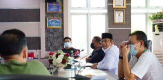 Wakil Bupati Karimun H Anwar Hasyim (peci hitam) saat memimpin rakor perkembangan kasus Covid-19 bersama Kepala OPD Pemkab Karimun, Jumat (23/7/2021) sore. Foto Suryakepri.com/Dok Komhumas Setkab Karimun