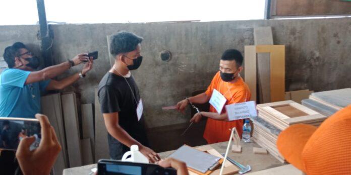 Foto. Rekonstruksi pembunuhan Pekerja interior, Zulpan (48), di Bengkong Telaga Indah Blok K2, Kelurahan Bengkong Sadai, Kamis (1/7/2021) siang.