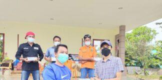Ketua BPC HIPMI Kabupaten Karimun, Oky menyerahkan sumbangan ribuan masker di pusat karantina pasien Covid-19 di gedung SMPN 2 Binaan Karimun. Foto Suryakepri.com/YAHYA