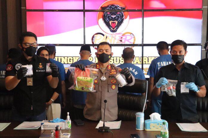 Kapolres Karimun AKBP Muhammad Adenan (tengah) menunjukkan barang bukti jenis sabu yang diamankan anggotanya dari 16 orang tersangka, Kamis (15/7/2021). Foto Suryakepri.com/YAHYA