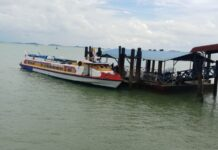 Foto ilustrasi: Sebuah kapal penumpang rute Karimun-Batam sandar di pelabuhan domestik Karimun beberapa waktu lalu. Foto Suryakepri.com/YAHYA