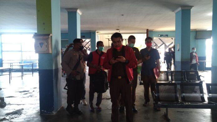 Pejabat Sementara Kades Tanjung Pelanduk berinisial SS (rompi merah) saat tiba di pelabuhan Sri Tanjung Gelam, jalan Nusantara, Tanjungbalai Karimun. Foto Suryakepri.com/Dok Warga