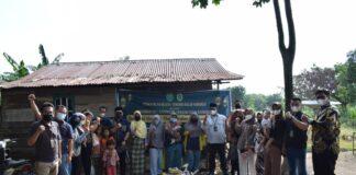 Pegawai PN Karimun langsung mengantarkan daging kurban kepada masyarakat yang membutuhkan, Rabu (21/7/2021). Foto Suryakepri.com/Dok PN Karimun