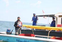 ajaran Satpolair Polresta Barelang membahikan 5Kg beras kepada nelayan dan masyarakat pesisir, yang terdampak PPKM Level 4, Jumat (23/7/2021).
