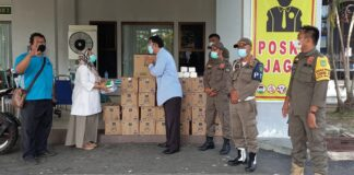 Foto. Anggota DPD RI asal Kepri, Dr. Richard Pasaribu saat menyerahkan bantuan bagi para pasien Covid 19 dan tenaga kesehatan (Nakes) yang ada di Asrama Haji Batam, Rabu, 28 Juli 2021.