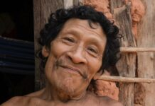 Karapiru berkampanye untuk mengusir penebang liar dan peternak dari wilayah Awá. Dia lolos dari pembantaian, tetapi menyerah oleh Covid-19. (Foto: Sarah Shenker/Survival International via Guardian)