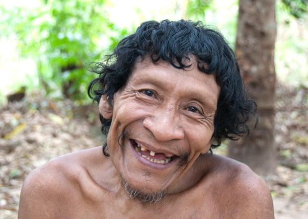 Karapiru menghabiskan 10 tahun sendirian di hutan setelah pembantaian yang menewaskan sebagian besar keluarganya. Akhirnya dia bertemu kembali dengan putranya, Xiramuku, dan mereka kembali ke komunitas Awá. (Foto: Fiona Watson/Survival International via Guardian)