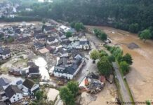 """Sedikitnya 18 orang tewas di wilayah Bad Neunahr-Ahrweiler, dan sekitar 50 orang terjebak di atap rumah mereka menunggu penyelamatan, kata polisi. Sedikitnya enam rumah ambruk semalam di desa Schuld. """"Banyak orang dilaporkan hilang kepada kami,"""" kata polisi. Schuld terletak di Eifel, wilayah perbukitan dan lembah kecil di barat daya Cologne.(Foto dari DW)"""