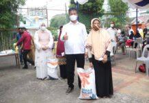 Walikota Batam Muhammad Rudi saat membagikan beras Bulog bantuan pemerintah pusat bagi keluarga penerima manfaat (KPM) di Batam, Senin (19/7/2021). (Foto: Humas Batam)