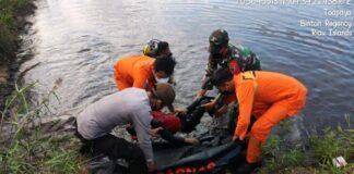 Foto Tim sar gabungan saat mengevakuasi bocah 10 tahun korban tenggelam di kolam bekas galian pasir di Desa Toapaya, Kabupaten Bintan, Kepri, Sabtu (17/7).