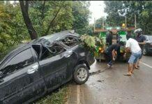 Foto Evakuasi Xenia yang mengalami kecelakaan tunggal di Jalan Gajah Mada sebelum JPO Tiban Kampung Batam, Kepri, Minggu (4/7/2021) pagi.