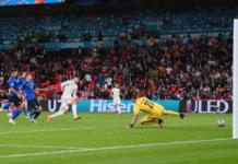 Tembakan Alvaro Morata menembus gawang Gianluigi Donnarumma