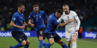 Para pemain Italia terus melakukan pressing ketat terhadap Inggris.