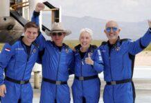 Foto Jeff Bezos (kedua dari kiri)) mengucapkan terimakasih kepada pegawai dan pelanggan Amazon yang membuat ia bisa tur ke antariksa(REUTERS/JOE SKIPPER)