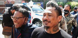 Dukumentasi musisi Jerinx SID saat diperiksa di Polda Bali dalam kasus pencemaran nama baik yang dilaporkan Ikatan Dokter Indonesia (IDI) beberapa waktu lalu. (foto: dok. detikcom)