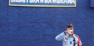 Kepala Imigrasi Kelas I Tanjungpinang, Kepulauan Riau Irwanto saat memimpin apel rutin pagi di halaman kantornya. (Foto: Antara)