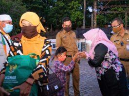 Pemerintah Kota Tanjungpinang bersama Badan Amil Zakat (Baznas) memberikan bantuan berupa paket sembako untuk pelaku usaha di sekitaran Melayu Square, Tepi Laut Tanjungpinang, Kepulauan Riau, Selasa (27/7/2021).
