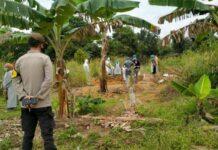 Foto . Petugas memakamkan pasien Covid-19 nomor 193 yang meninggal dunia di TPU Km 25 Kijang, Bintan. (TB)