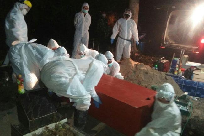 Pemakaman jenazah almarhum Rosdan Lubis di TPU Timbangan, Rabu (21/7) dini hari yang sempat ditolak warga. foto: istimewa